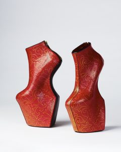 舘鼻則孝《 Heel-less Shoes 》2014年、個人蔵 ©2021 NORITAKA TATEHANA K.K.